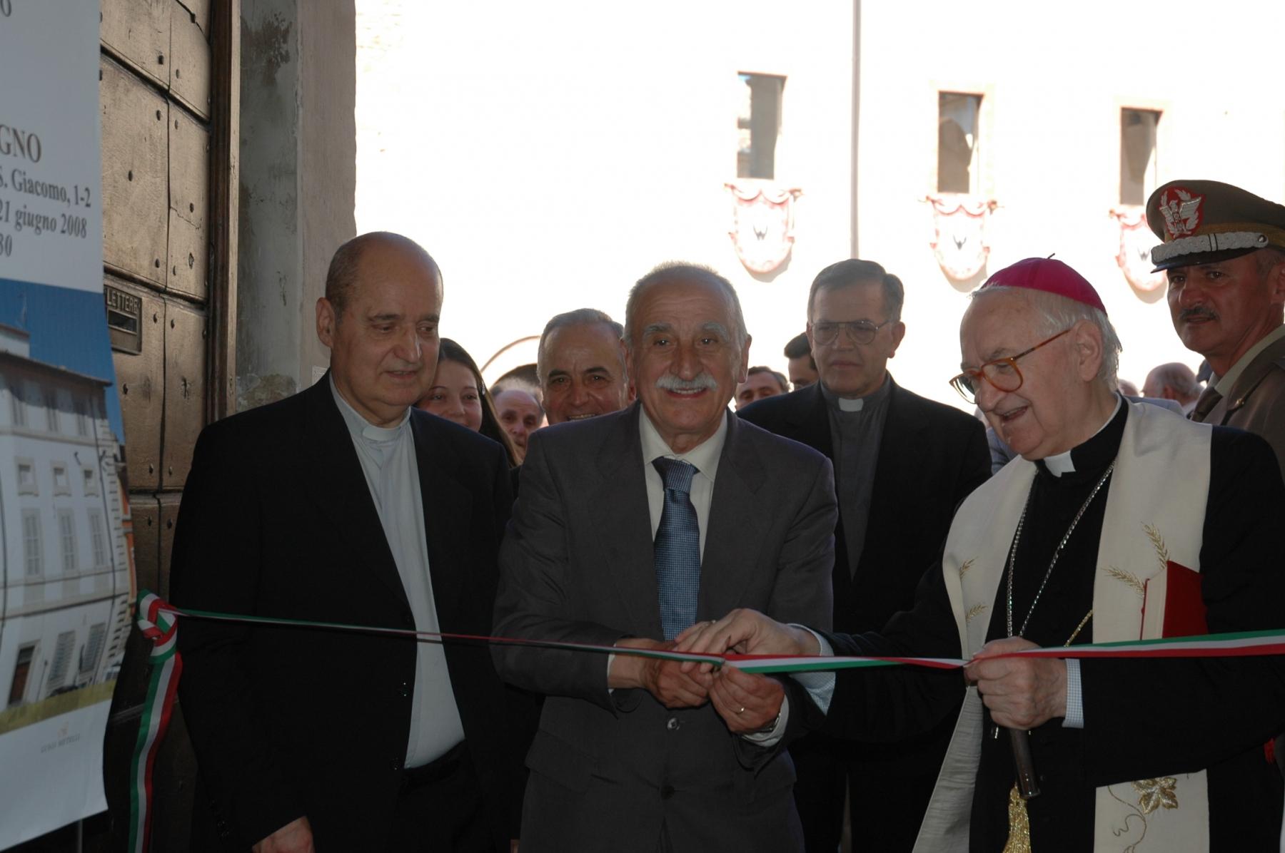 21 giugno 2008. Il vescovo e il sindaco al taglio del nastro.